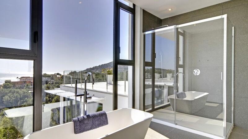 Detached Villa in Camp de Mar - Guest Bathroom