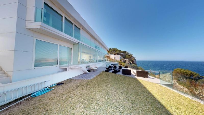 Villa in Nova Santa Ponsa - Front line villa for sale santa ponsa
