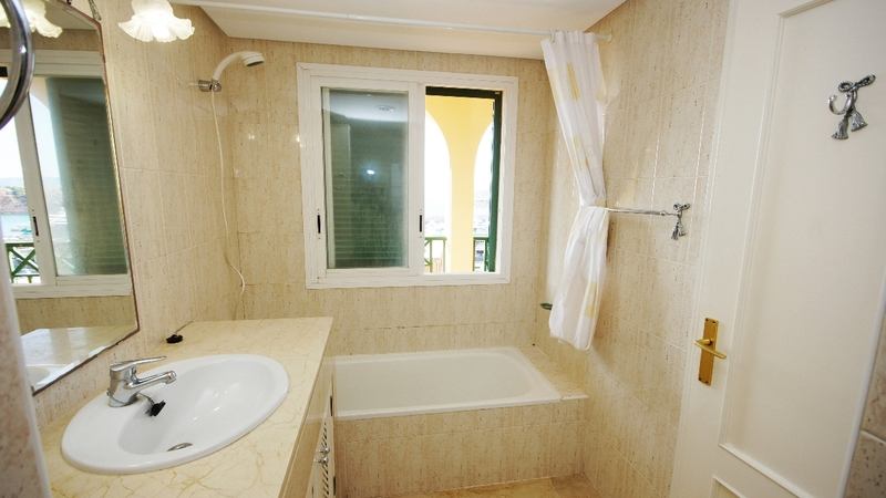 Townhouse in Port Adriano - En suite Bathroom
