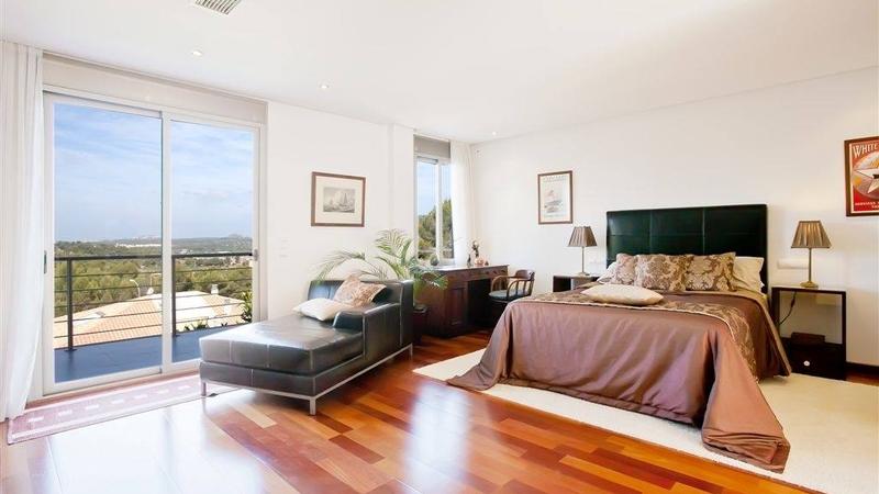 Villa in Cala Vinyes - Master bedroom with parquet floor