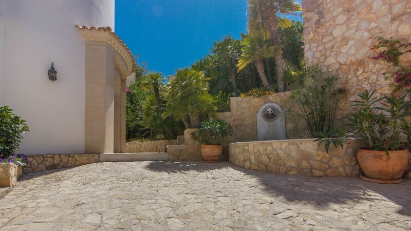 Villa in La Mola - Courtyard and building entrance