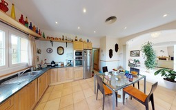 Villa in Cala Vinyes - Spacious kitchen with dining area