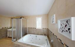 Villa in Palmanova - Jacuzzi bath in master suite