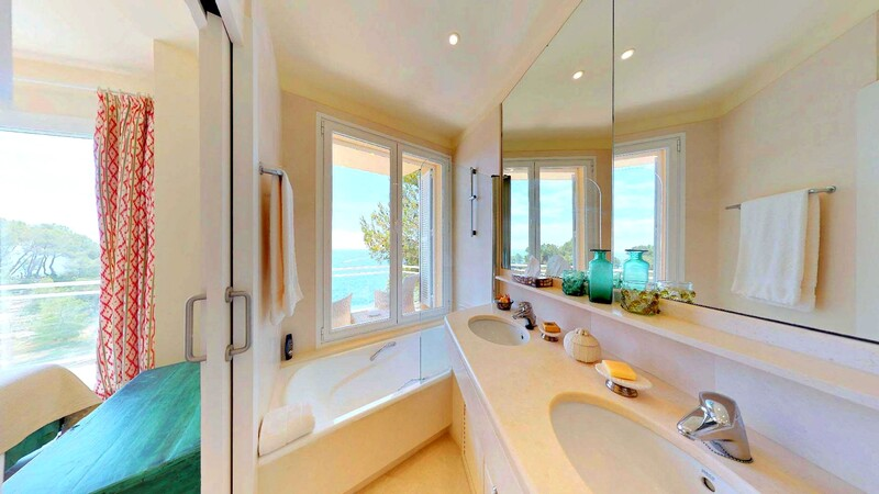 Villa in Mallorca - En-suite bathroom with sea views