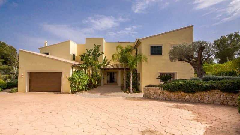 Villa in Nova Santa Ponsa - Rear Garden and parking area