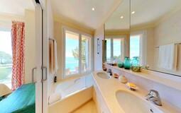 Villa in Mallorca - En-suite bathroom with sea views