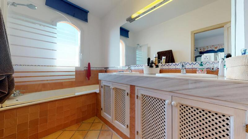 Villa in El Toro - Port Adriano - Upper master bathroom en-suite